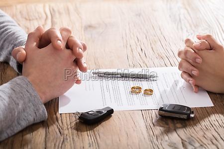 paar hand auf scheidungsvertrag wit auto
