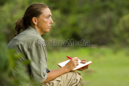 ein arbeitender biologe forscher der schimpansen