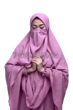 religioese asiatische muslimische frau mit niqab