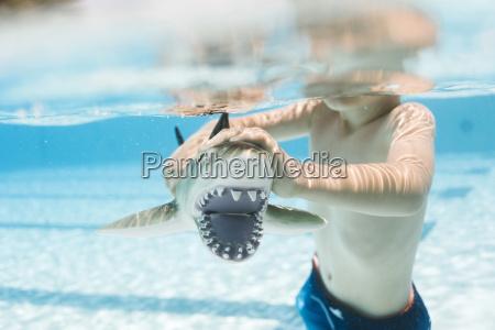 junge 6 7 spielt mit spielzeughai