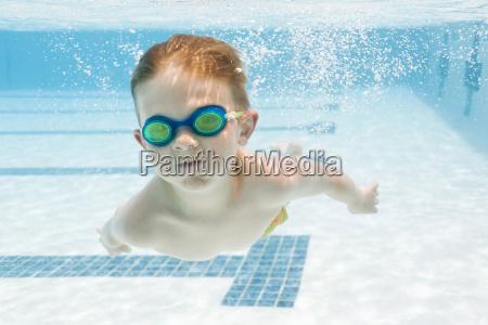 junge 6 7 schwimmbad im pool