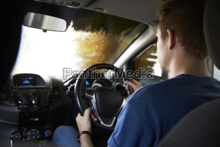 autofahrer fahren durch automatisierte autowaesche