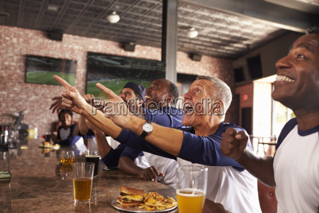 maennliche freunde im sport bar watch
