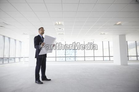 maennlicher architekt in modernen empty office