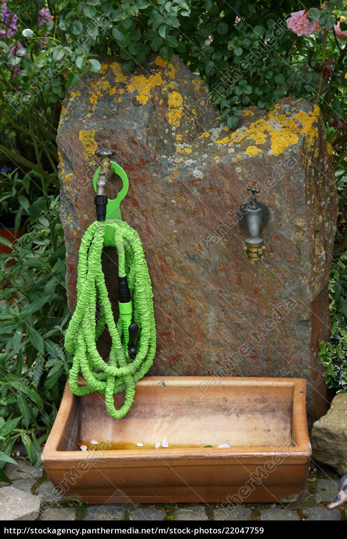Stockfoto 22047759 - Schrumpfschlauch an der Wasserstelle im Garten