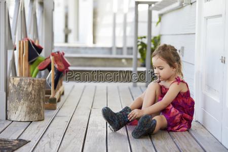 weibliche schueler in montessori schule putting