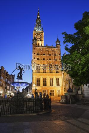 polen gdansk ansicht zum beleuchteten rathaus