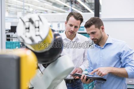 zwei maenner mit untersuchungsroboter der tablette