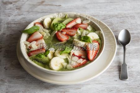 smoothie bowl mit erdbeeren bananen kiwi
