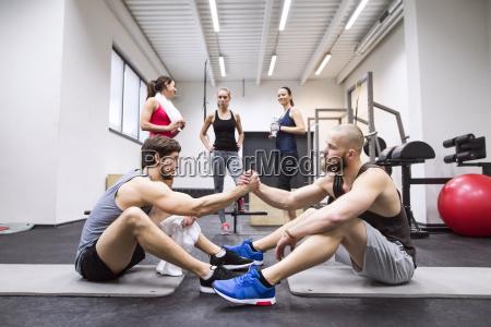 athleten die eine pause vom trainieren