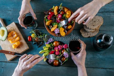 essen gemischte salate und rotwein trinken