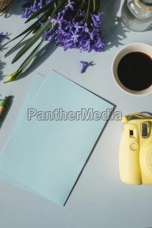 blaetter papier kamera tasse kaffee und