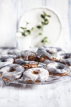 hausgemachte marmorierte doughnuts