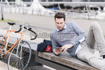 geschaeftsmann in der stadt mit fahrrad