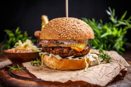 geschmackvoll gegrillter rindfleisch burger