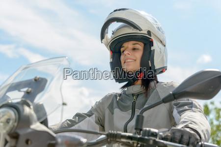 maedchen sitzt auf einem motorrad und
