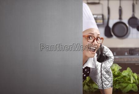 gluecklicher asiatischer weiblicher chef hob das