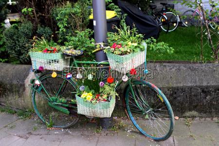mit blumen dekoriertes fahrrad auf dem