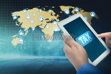 geschaeftsleute mit tablet mit steuerwort auf