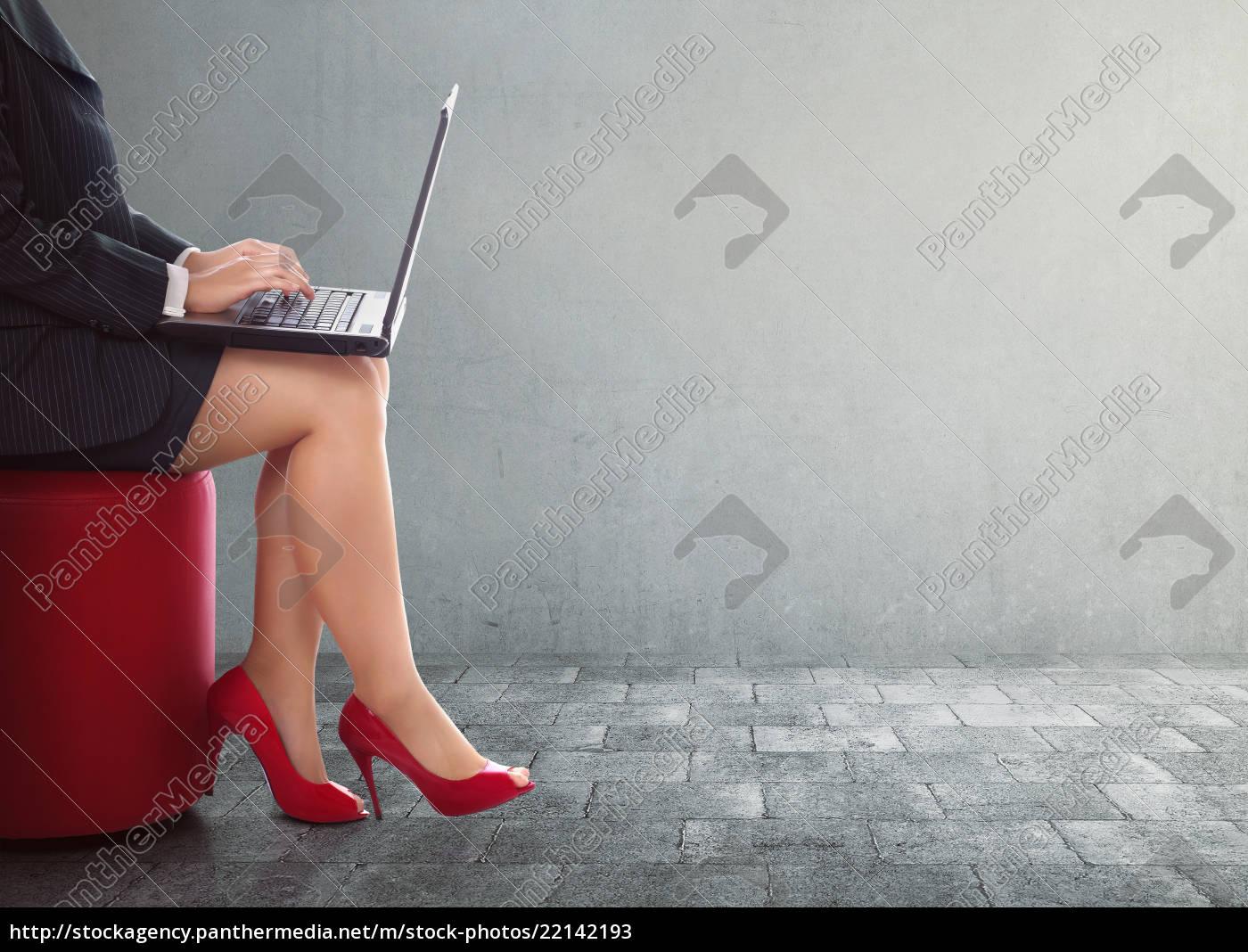 business-frau, eingabe, mit, laptop - 22142193
