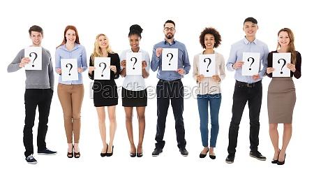 gruppe von college studenten mit fragezeichen