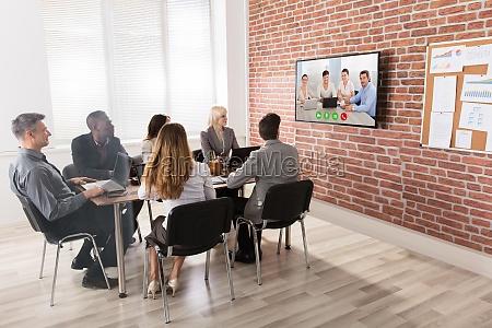 geschaeftsteam das videokonferenz hat