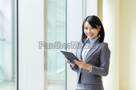 asian business frau verwendung von tablet