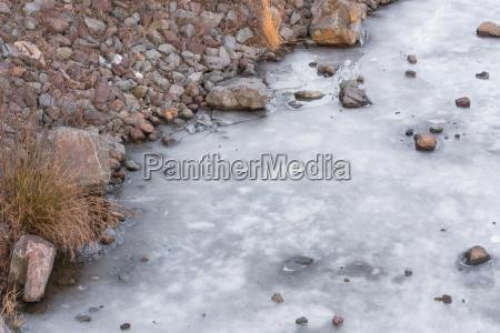 gefrorene wasseroberflaeche von einem fluss