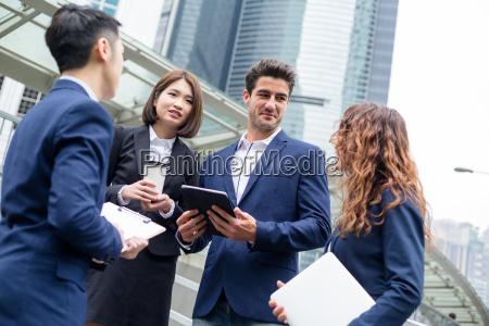 business team sprechen miteinander