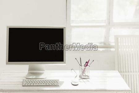 stilvoller arbeitsplatz mit computer zu hause