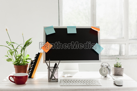 stylischer arbeitsbereich mit computer zu hause