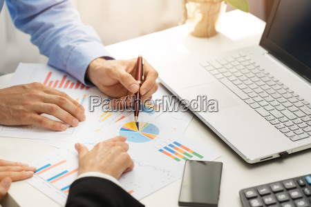 menschen im buero analysieren business financial