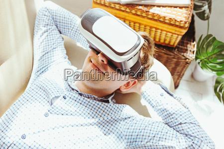 czlowiek z okularami wirtualnej rzeczywistosci koncepcji