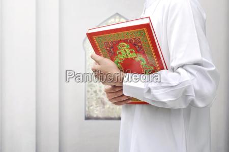 muslimischer mann mit traditionellem kleid mit