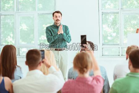 sprecher am business meeting im konferenzsaal