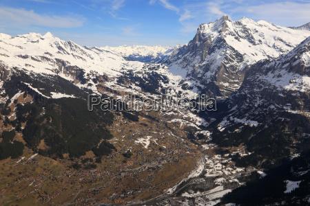 grindelwald mit wetterhorn mittelhorn alpen schweiz