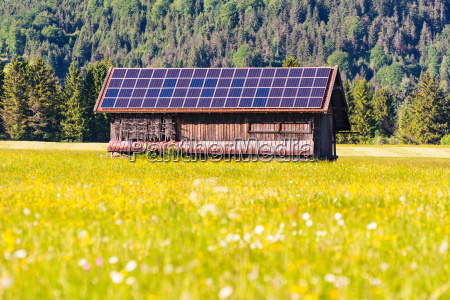 scheune wih photovoltaik zellen auf dem