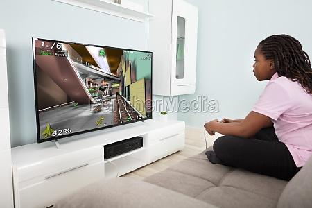 maedchen spielen videospiel mit joysticks