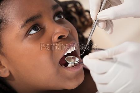 afrikanisches maedchen am zahnarzt