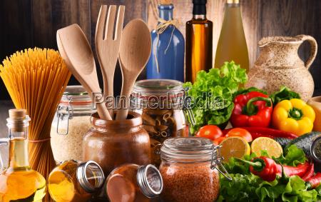 zusammensetzung mit verschiedenen lebensmitteln und kuechenutensilien
