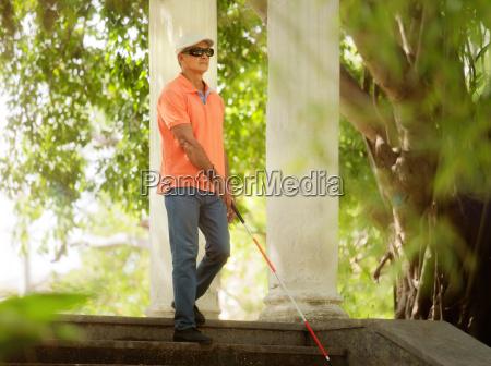 blind man walking und absteigende schritte