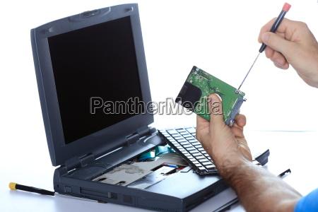 it fachmann repariert laptop