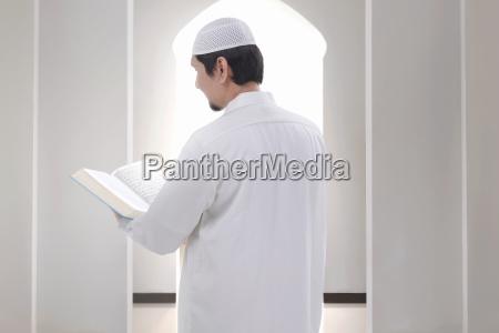 rueckansicht des asiatischen muslimischen mannes der