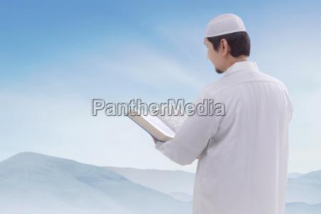 portraet des asiatischen muslimischen mannes mit
