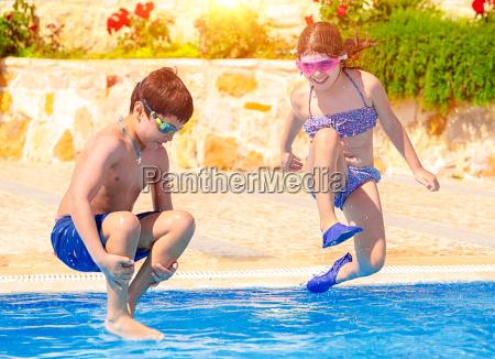 glueckliche kinder im pool