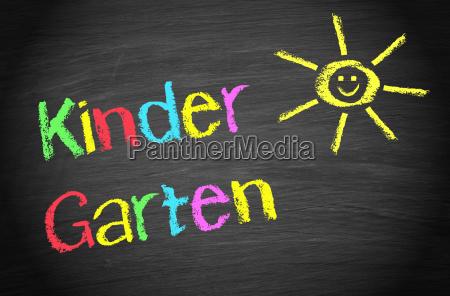 kindergarten kreidetafel mit sonne