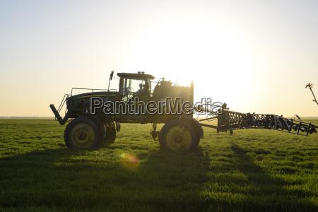 traktor auf dem sonnenuntergang hintergrund traktor