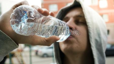 trinkwasser des jungen mannes nach einem