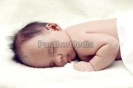 ruhiges baby auf einem bett liegen