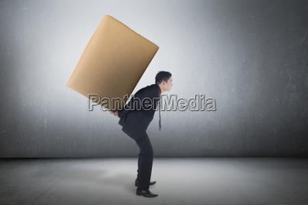 asiatische geschaeftsmann mit braunen paket auf